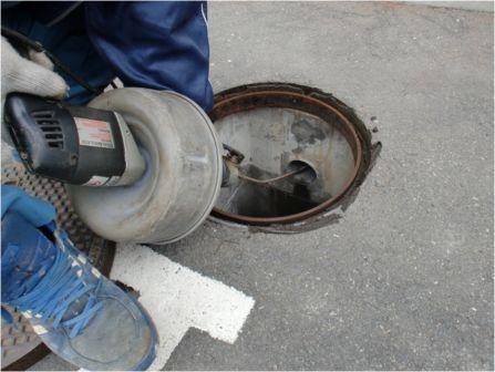 排水枡の詰り除去作業