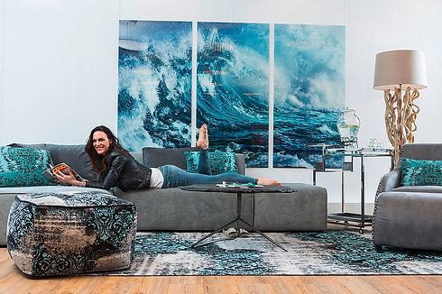 csm_frau-liegt-auf-grauem-sofa-einrichtu