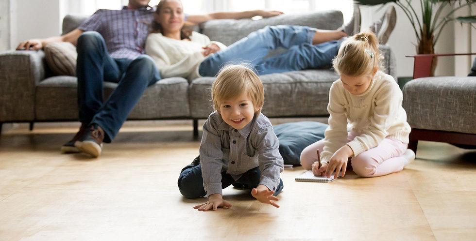 familie-wohnzimmer-kinder-spielen-auf-fl