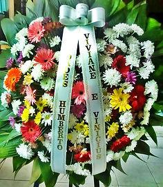 Coroa de flores colorida com gérberas e crisântemos
