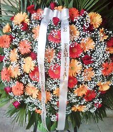 Coroa de flores de gérberas e mosquitinhos