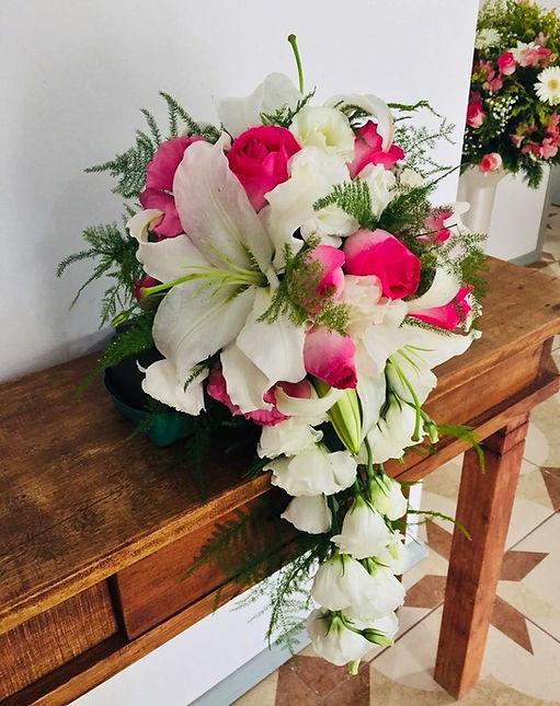 Arranjo de flores com rosas pink e lírios´brancos