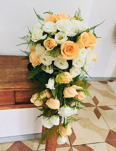 Arranjo de rosas champanhe e brancas