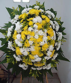 Ref. 31 - Coroa de flores de crisântemos amarelos e brancos