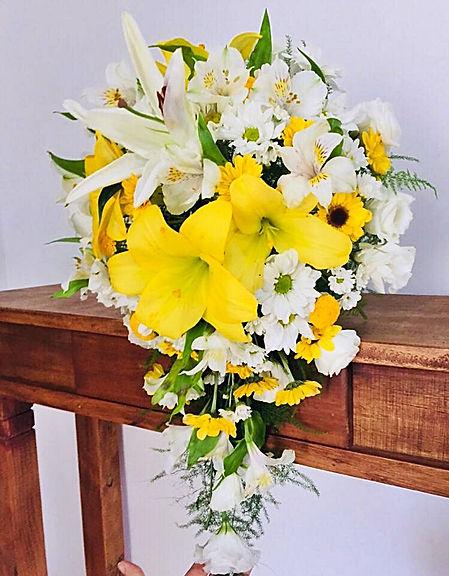 Arranjo com lírios e margaridas. Flores amarelas e brancas. Curso de arte floral