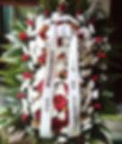 Coroa de flores de crisântemos brancos e rosas vermelhas