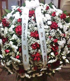 Coroa de flores de crisântemos brancos e rosas colombianas