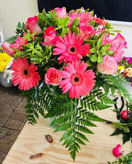 Arranjo de gérberas e rosas, Flores em tons de rosa pink. Curso de arte floral.