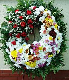 Coroa de flores de flores do campo, rosas e mosquitinhos
