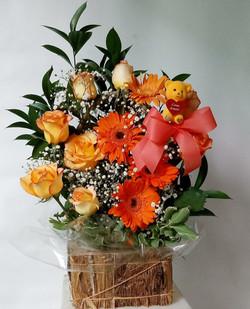 Arranjo de rosas e gérberas laranjas