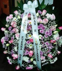 Coroa de flores.  Rosas, margaridas e crisântemos em tons de rosa e lilás