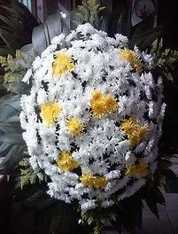 Coroa de Flores  Crisântemos brancos e amarelos  
