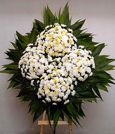 Ref. 01- Coroa de flores de crisântemos brancos e amarelos 