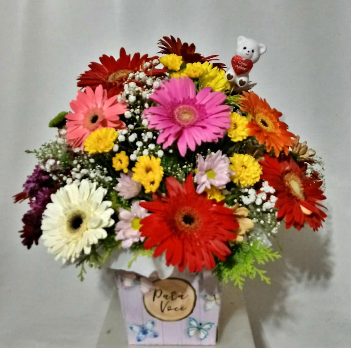 Arranjo de gérberas e flores campo