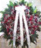 Coroa de flores de rosas vermelhas e mosquitinhos