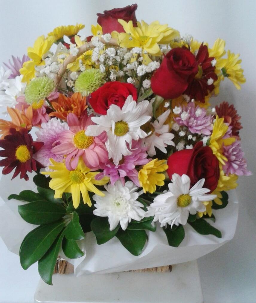 Arranjo de Flores Variadas em Poa