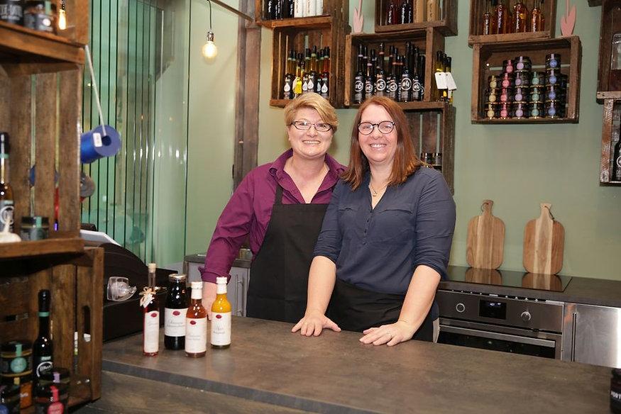 Anja Fürst (rechts) und ihre Mitarbeiterin Uschi Schäfer in der Markthalle 8.  (Roland Scheitz)