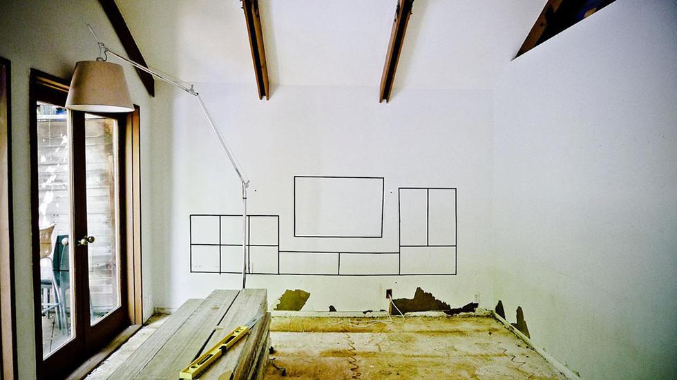居間の壁のキャビネット