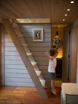 ゲストハウス屋根裏はしご階段