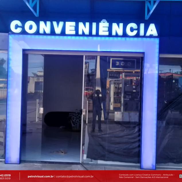 Pórtico de fachada de loja de conveniencia
