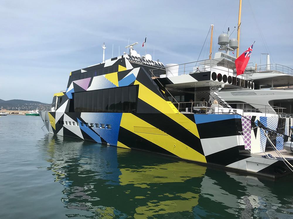 Yacht covering étrange.