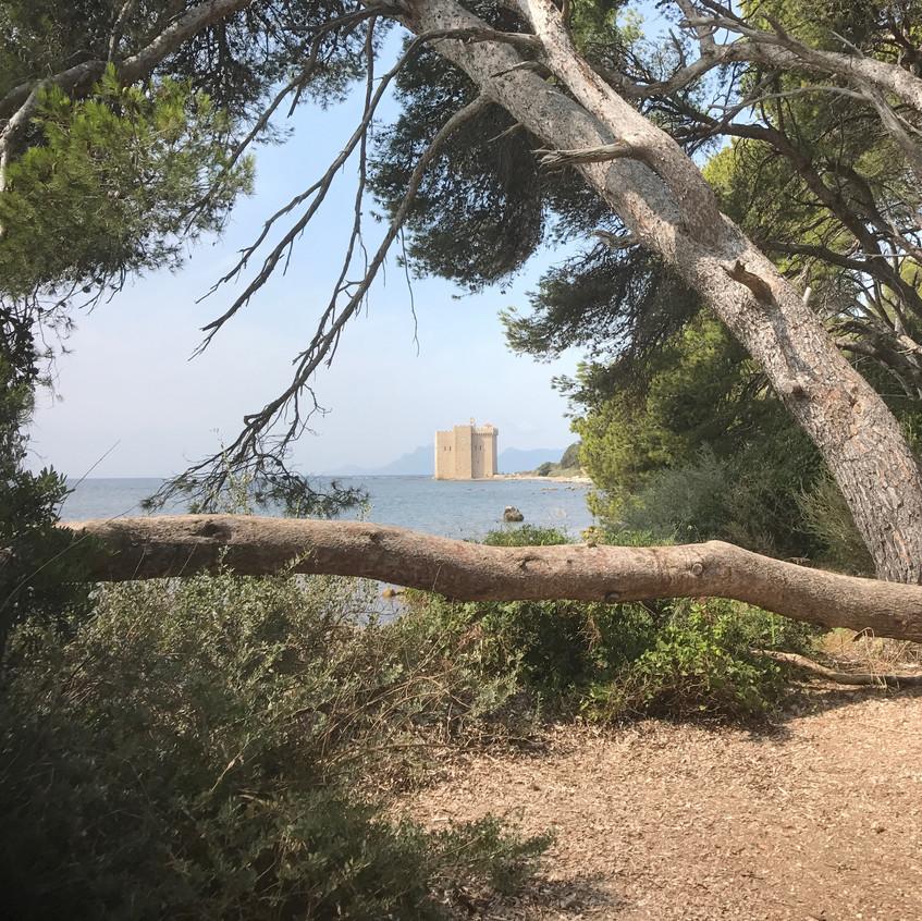 Visite du monastère fortifié de l'Ile Saint Honorat, témoin de nombreuses batailles navales