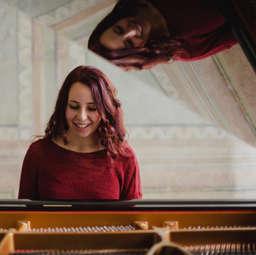 Za klavírem