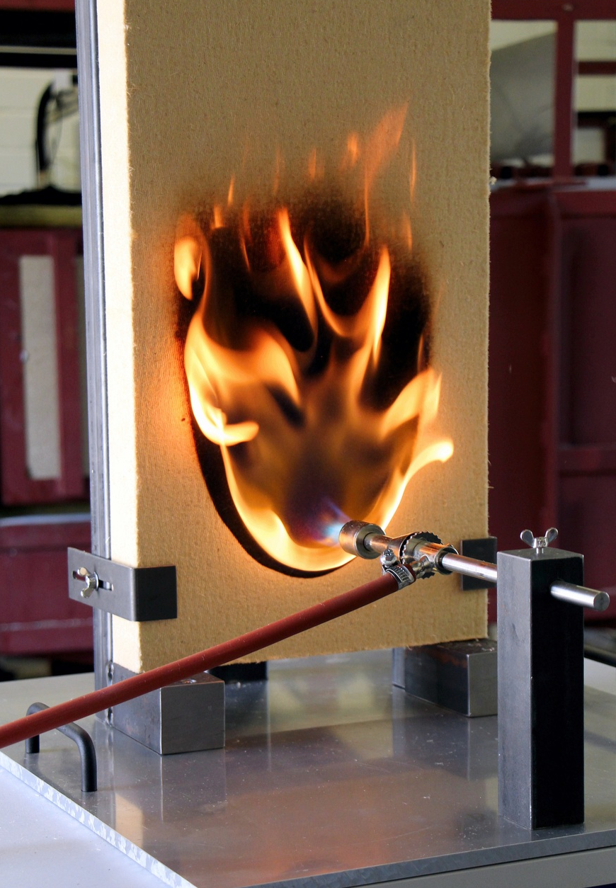 Fraunhofer WKI / Manuela Lingnau - La tendance des matériaux isolants à brûler a été examinée sur un tel banc d'essai standard.