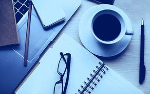 ノートパソコンとコーヒー付きビジネスデスク