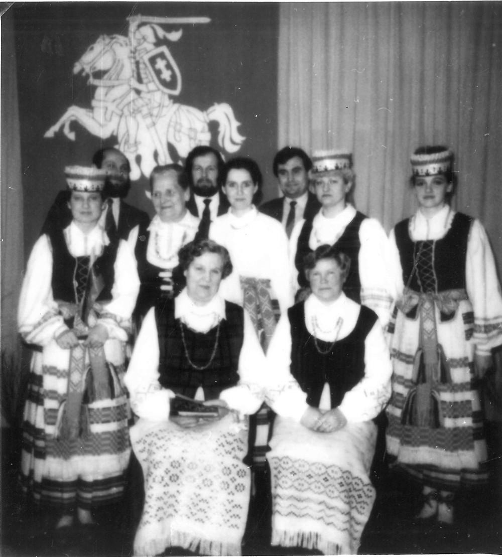 Pirmoje eilėje iš kairės į dešinę: tremtinės Anelė Ročienė ir Stanislava Gapševičienė. Antroje eilėje iš kairės į dešinę: medicinos sesuo Irena Vilimienė, Gydytoja onkologė Stefanija Žilinskaitė, laboratorijos darbuotoja Virginija, vyriausia sesuo Danutė Margelienė, akušerė Loreta Zaržeckienė Trečioje eilėje iš kairės į dešinę: chirurgas Gintaras Berenis, vidaus ligų gydytojas Algirdas Gailius, vyr. gydytojo pavaduotojas Eugenijus Zalagėnas.