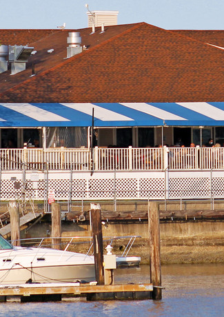 outdoor-deck-dining-fathoms-bar-and-grille-01-web.jpg