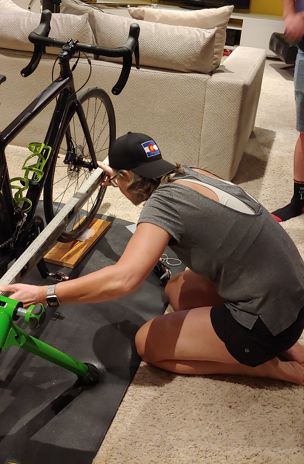 Nicky Down using a level for Talitha Vogt's bike fit