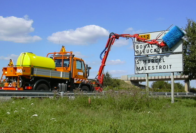 Nettoyage panneaux routes
