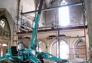 la mini grue est adapté à un chantier dans une église