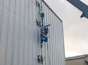 Installer une structure métallique en toute sécurité avec la mini grue araignée