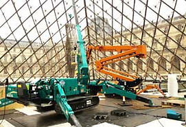 mini-grue-travaux-pyramide-du-Louvre