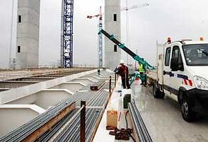 Louer une mini grue est courant lors de chantier sur un pont