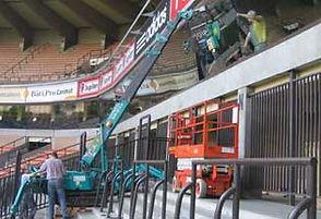 matériel de levage adapté aux travaux dans un stade