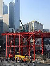 la mini grue construction arche à la Défense Paris
