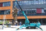 Location mini grue araignée à Nantes pour transporter une statue