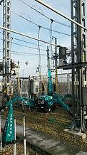 chantier ligne électrique avec une mini grue