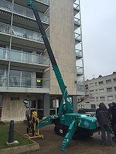 location d'une mini grue pour remplacer une vitre en hauteur