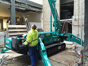 La mini grue araignée accède à des chantiers par une porte standard