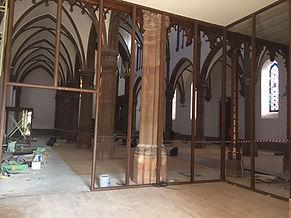 la mini grue lors de la rénovation d'une église