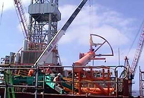 manutention d'un tuyau sur une plateforme pétrolière