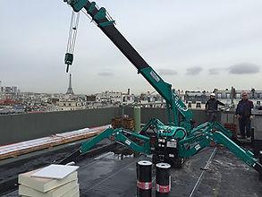 Mini grue pour un chantier sur un toit