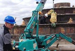 La mini grue a permi de lever et transporter des statues fragiles