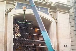 Location d'une grue araignée pour installer un portail à Paris