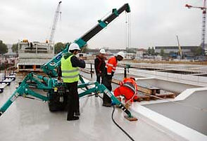 la mini grue araignée est efficace lors de la construction d'un pont