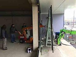 Pose de vitrine avec chariot à ventouses automoteur